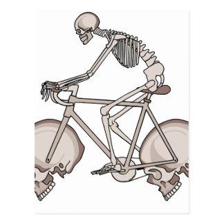 Vélo squelettique d'équitation avec des roues de carte postale