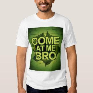 Venez à moi Bro par un mur T Shirts