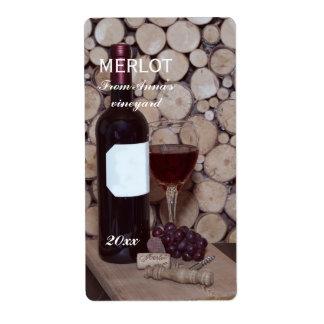 Verre et bouteille de vin rouge étiquettes d'expédition