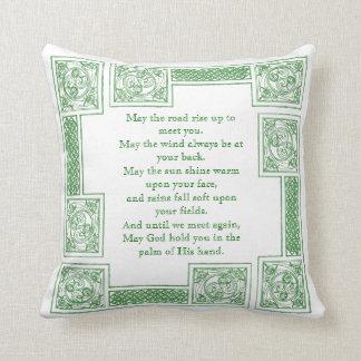 Vieille bénédiction irlandaise dans les noeuds coussin décoratif