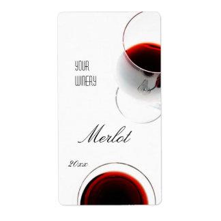 Vin rouge dans un étiquette en verre de vin