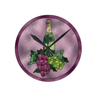 Vin vert pourpre et raisins en verre souillé de horloge ronde