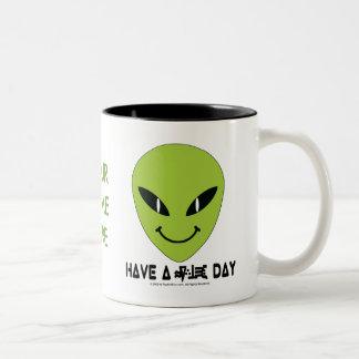 Visage souriant étranger tasse à café