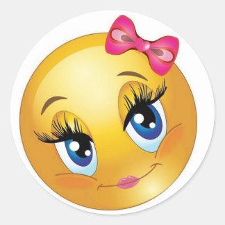 Visage souriant mignon avec l'arc sticker rond