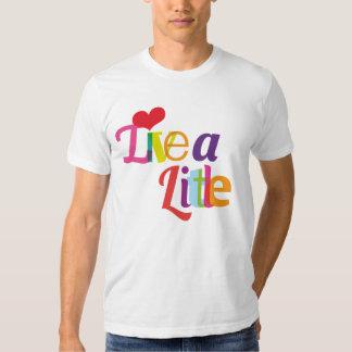 Vivent une petite chemise masculine t-shirt