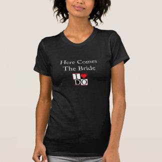 Voici venir la jeune mariée tee-shirt