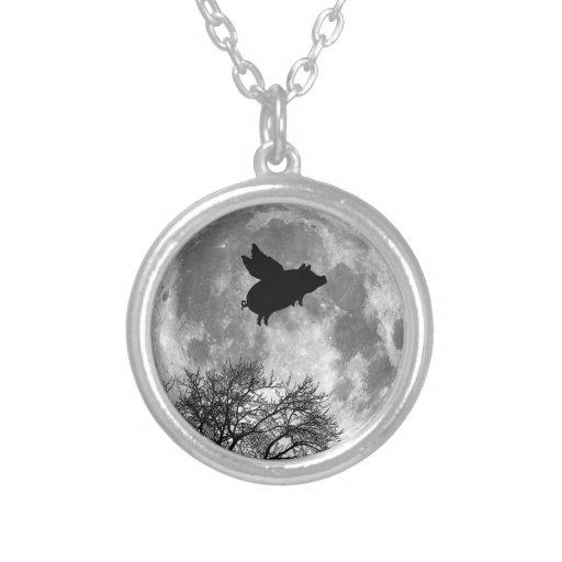 vol de porc à travers le collier de pleine lune