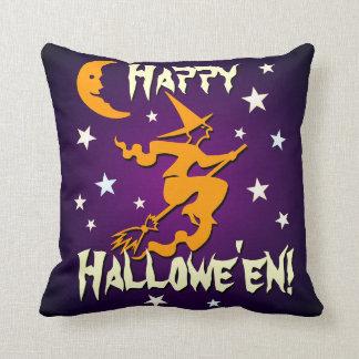 Vol orange heureux de sorcière de Halloween sur le Coussin