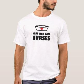 Vraies infirmières de date d'hommes t-shirt