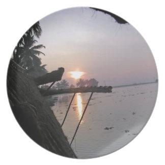 Vue de lever de soleil d une fenêtre de assiette pour soirée