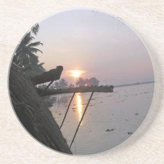 Vue de lever de soleil d une fenêtre de dessous de verre