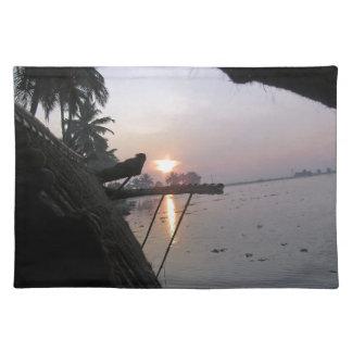 Vue de lever de soleil d une fenêtre de set de table