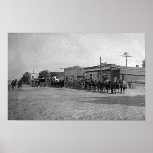 Vue des équipes de chariot de cheval sur la rue affiche