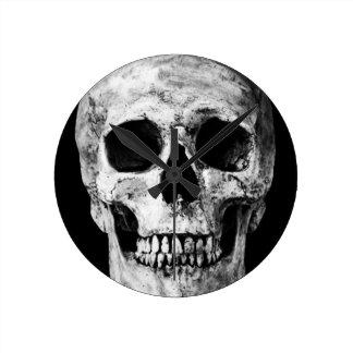 Weathered Old Skull - Black & White Round Clock