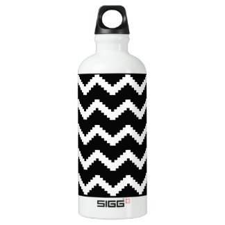 Zigzag geometric pattern - black and white. water bottle